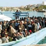 20051228 - IMMIGRAZIONE, CONSULTA BOCCIA ALTRA NORMA DELLA BOSSI-FINI  - Un barcone di immigrati nelle acque dell'isola di Lampedusa (Agrigento) in un'immagine d'archivio del 22 giugno scorso. FRANCO LANNINO/ARCHIVIO ANSA/ji
