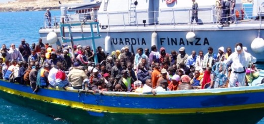 resized_Lampedusa-Barca-di-migranti-viene-aiutata-ad-attraccare-dalla-nave-della-Guardia-di-Finanza
