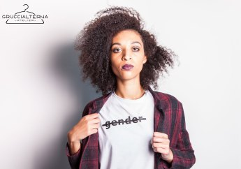 giacca a quadri con t-shirt gender barrato