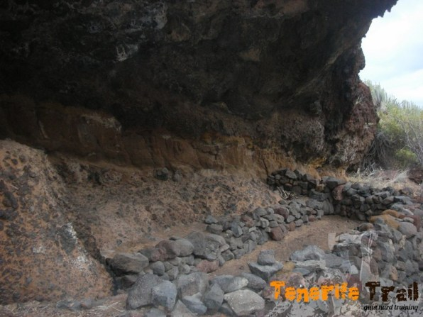 Detalle de la cueva-corral con muretes