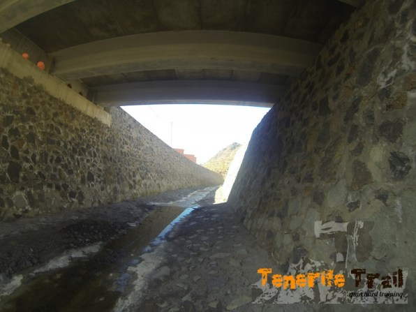 Túnel del barranco al lado de la playa por donde vienes