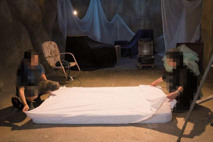 Selanjutnya seperti syuting adegan lotion pada umumnya, tempat tidur dilapisi dengan plastik tipis