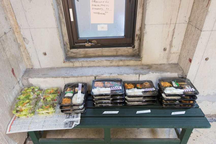 Makanan siang untuk para staf maupun artis
