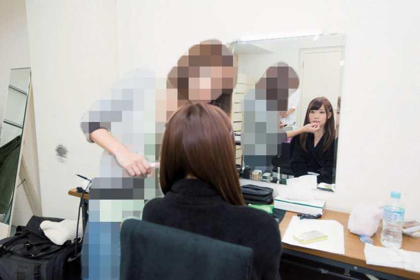 Make up artis melakukan touch up berulang kali dengan cepat di ruang ganti. berulang kali dilakukan setiap take