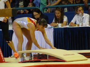 אוקסנה צ'וסוביטינה מסדרת את המקפצה לקראת תרגיל הקורה