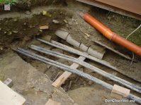 Neben dem Schulgebäude wurde man bei Grabungen fündig. Unter Versorgungsleitungen wurden weitere Gräber gefunden