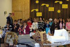 Die Abschlußklassen der Hainburger Volksschule gestalteten die Eröffnung - links im Bild Lehrerin Kathrin Schremser