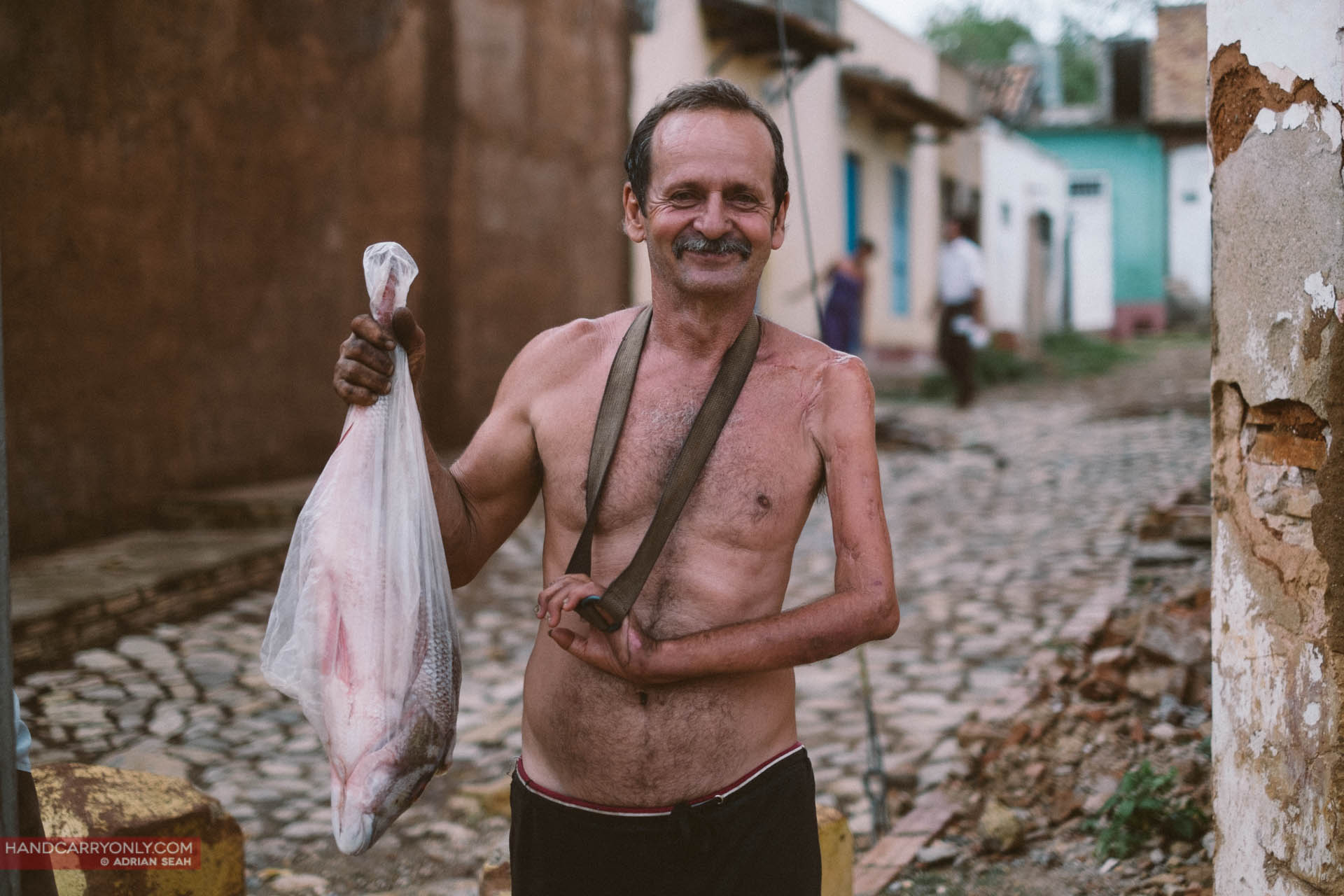 one arm man with fish cuba