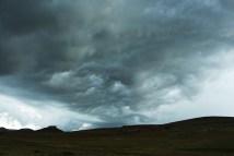 *Slik* We besluiten toch maar dat het onweer genoeg aan het dreigen is om de heuvelkam niet meer over te steken.