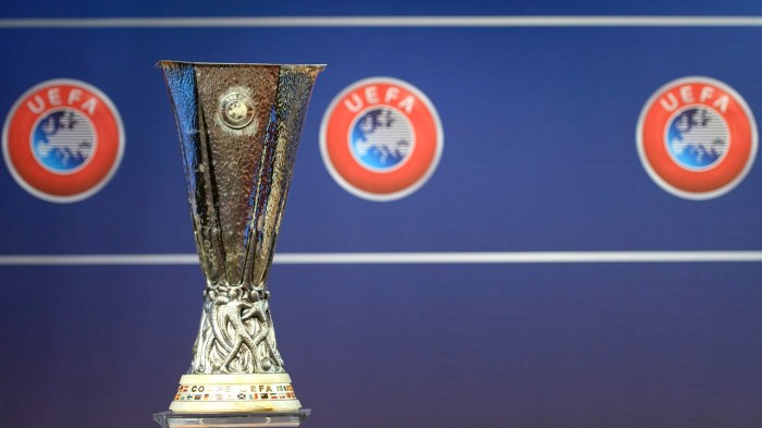epa05456142 The Europa League trophy is pictured during the draw of the play-offs games of UEFA Europa League 2016/17 play-offs, at the UEFA Headquarters in Nyon, Switzerland, 05 August 2016.  EPA/MARTIAL TREZZINI