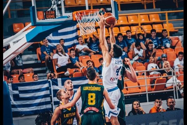 """Ο παίκτης της Ελλάδας (Δ) με τη μπάλα στην κατοχή του ενώ τον μαρκάρει ο παίκτης της Λιθουανίας (Α) κατά τη διάρκεια του αγώνα μεταξύ των Εθνικών ομάδων Νέων Ανδρών Ελλάδας και Λιθουανίας για τη φάση των """"8"""" του EuroBasket U20, που διεξάγεται στα """"Δύο Αοράκια"""" του Ηρακλείου, Πέμπτη 20 Ιουλίου 2017. Τελικό αποτέλεσμα ΕΛΛΑΔΑ ΛΙΘΟΥΑΝΙΑ 76-72. ΑΠΕ ΜΠΕ/FIBA Basketball/STR"""