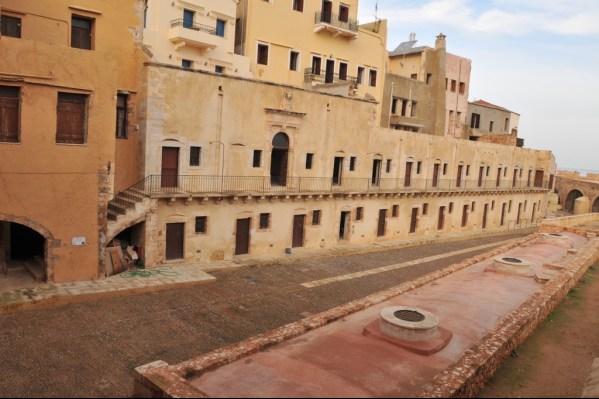 Το υδραγωγείο, ο στρατώνας και η πλατεία (Δ. Τομαζινάκης)