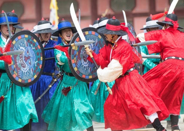 epa06247498 Participants demonstrate martial arts during a reenactment of the ceremony of the king's guard at Gyeongbok Palace in Seoul, South Korea, 06 October 2017.  EPA/YONHAP SOUTH KOREA OUT