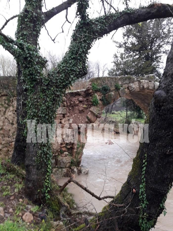 """""""Αντεξε"""" η """"Ελληνική Καμάρα"""" στις Βρύσες Η μοναδική ρωμαϊκή γέφυρα που διασώζεται στα Χανιά, στις Βρύσες Αποκορώνου, άντεξε παρά την κακοκαιρία. Ενα θαύμα κατασκευαστικό που εντυπωσιάζει μέχρι σήμερα."""