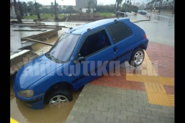 ένα αυτοκίνητο στον Πλατανιά έχει φύγει της πορείας του και έχει πέσει σε χαντάκι