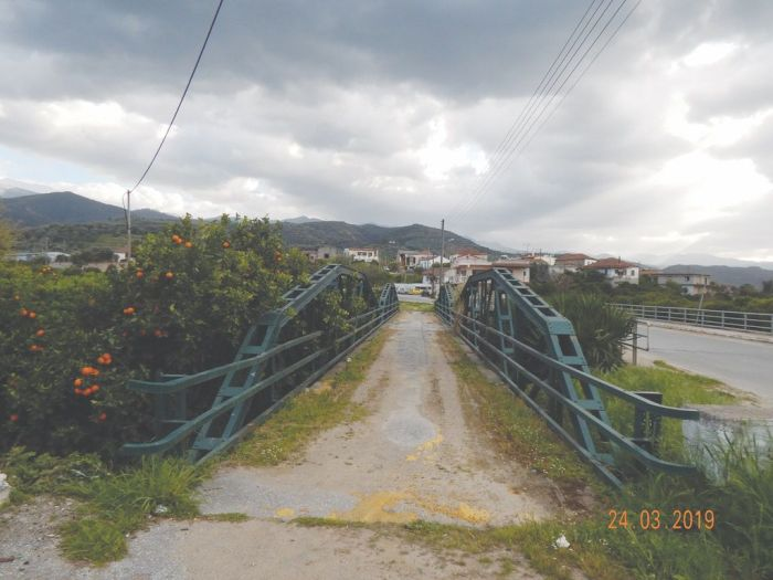 «Τώρα, απ' αυτές τις Γέφυρες θα περνούν η πολυδιαφημιζόμενη Ανάπτυξη της Δυτικής Κρήτης, προς το παρόν. Βεβαίως και ο νέος Β.Ο.Α.Κ. που ανακοινώθηκε όπως-όπως εν μέσω καταστροφών! Ο δήμαρχος Πλατανιά ζήτησε τις προάλλες από τον υπουργό Μεταφορών το Αυτονόητο. Σύγχρονη γέφυρα σε συνδυασμό με την αναστύλωση της ιστορικής πέτρινης στον Αλικιανό. Οι βουλευτές των Χανίων όφειλαν να στηρίξουν -αποφασιστικά- αυτό το αίτημα. Τη χρονική στιγμή που διατυπώθηκε. Την απάντηση που έλαβε ο δήμαρχος την γνωρίζουμε όλοι μας... Και ήταν κάτι παραπάνω από προσβολή, όχι για τον δήμαρχο Πλατανιά που πρότεινε αυτό που επιβάλλει η ανάγκη, αλλά για όλους μας...».