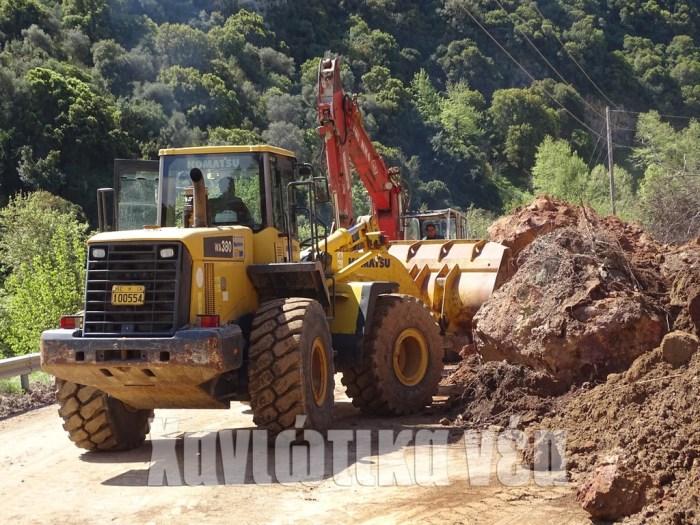 Μηχανήματα εργάζονταν χθες το μεσημέρι στο Λαγγό για την απομάκρυνση βράχων.