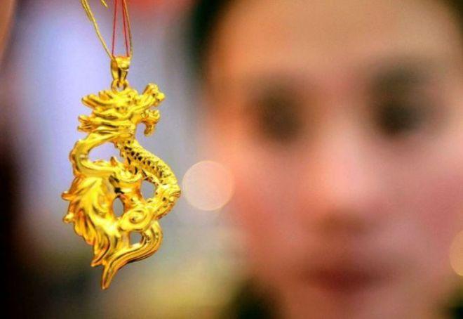 tertekan penguatan dolar AS harga emas turun