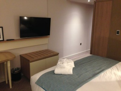 holiday inn manchester city centre review room wardrobe luggage
