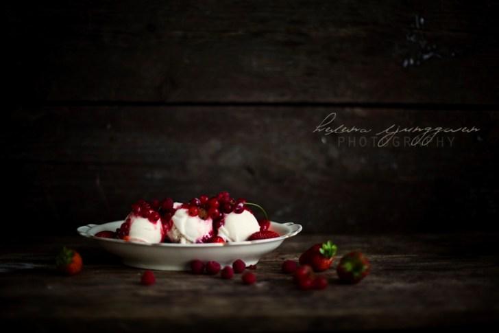 Vaniljglass med röda bär