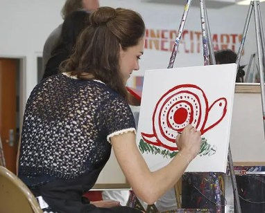 http://i2.wp.com/www.helloonline.com/imagenes//royalty/201201056904/kate-duchess-cambridge-charities/0-30-888/duchess-painting--z.jpg?resize=382%2C308