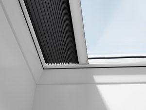 Henke Zimmerei für Rinteln - Nahezu alle innenliegenden Sonnenschutz-Produkte sind elektrisch und solar betrieben erhältlich. Das Design ist dabei sowohl bei Flachdach-Fenstern als auch bei Schrägdach-Fenstern einheitlich.