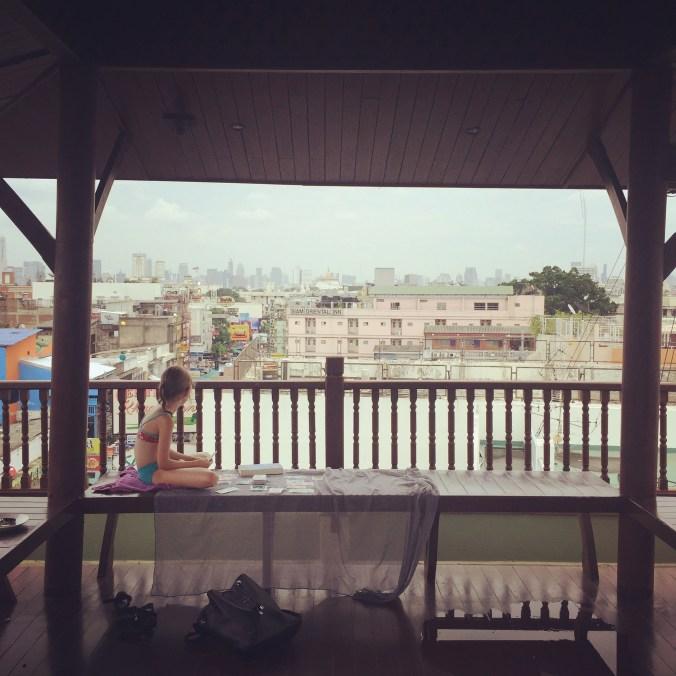 Blick auf die Dachterasse des Hotels mit Kind