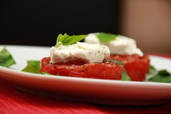 Gegrillte Tomaten mit Ziegenkäse