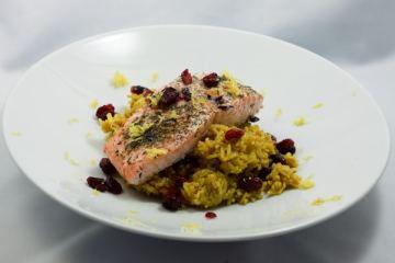 Marinierter Lachs mit Cranberry-Curry-Reis