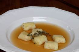 thymian-consomme-mit-gnocchi