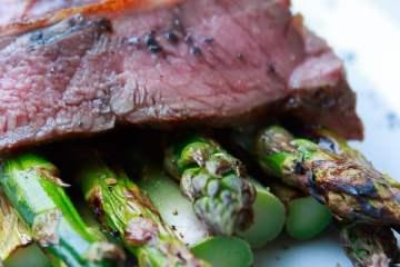 kalbs-roastbeef-mit-gruenem-spargel-vom-grill