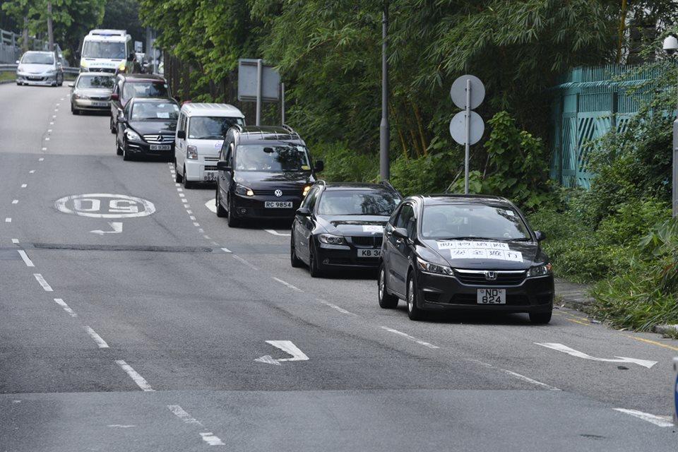 參與車輛貼上標纖,提醒其他駕駛者留意馬路仍有其他道路使用者,千萬別將動物撞傷或撞死。 葉漢華攝