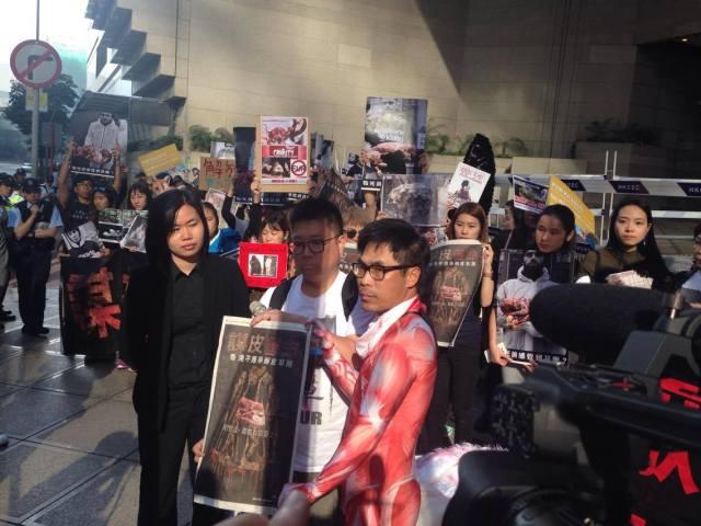 香港毛皮業協會首次派代表(左)來接抗議信。