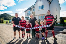 Photographer Ian Georgeson, 07921 567360 Cala Homes, Law Gardens showhome launch with North Berwick mini Rugby team, Cala Sales Advisor Debby Thomson with kids James Lindsay 11, Blair Donachie 6, Lily Muir 4, Dylan Muir 6 and coaches