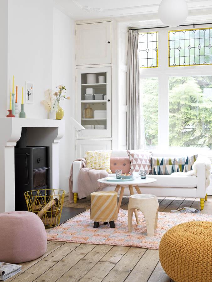 Salón con colores pastel y mostaza