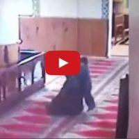 فيديو: طفل صغير بالمسجد يلهو مع والده خلال الصلاة