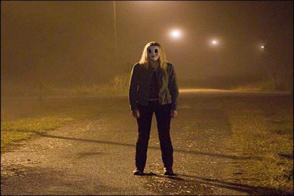 6-the-strangers-girl-on-road