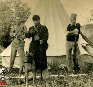 """דוד דויד בלסר, גיס של יוה אופנהיים, בין שני גפירים עם הכלב """"גיבור"""""""