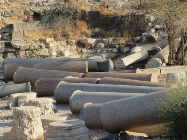עמודים שנפלו ברעידת אדמה