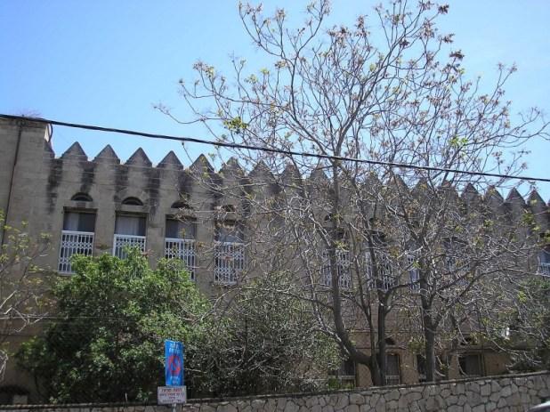 מבנה חטיבת הכיתות התיכוניות של בית הספר הריאלי בהדר, שקו המתאר שלו אומץ כסמל בית הספר. צילום: Deror avi