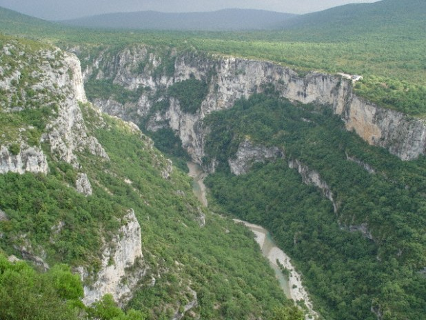 Le Martel, from the departure at la Maline. Opposite the cliff of les Cavaliers. below, the Verdon at the Pré (meadow) d'Issane. צילום: Rikly