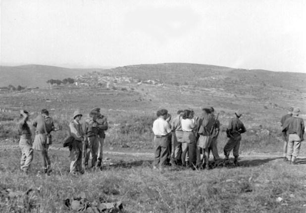 Members of Palmach from Kfar Menachen with Idnibba in distance. חברי הכשרת כפר מנחם באחד המשלטים בדרך לירושלים