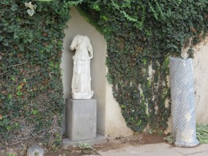 פסל אתנה עם עם תבליט פניה של מדוזה (שהיא קיבלה מפרסאוס לאות תודה על שעזרה לו במשימתו)