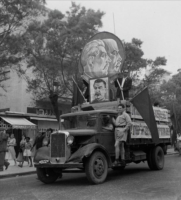 דיוקנותיהם של סטלין ולנין נישאים בחוצות תל אביב באחד במאי 1949. סיסמה על הרכב: הלאה מחרחרי המהפכה האימפריאליסטית!
