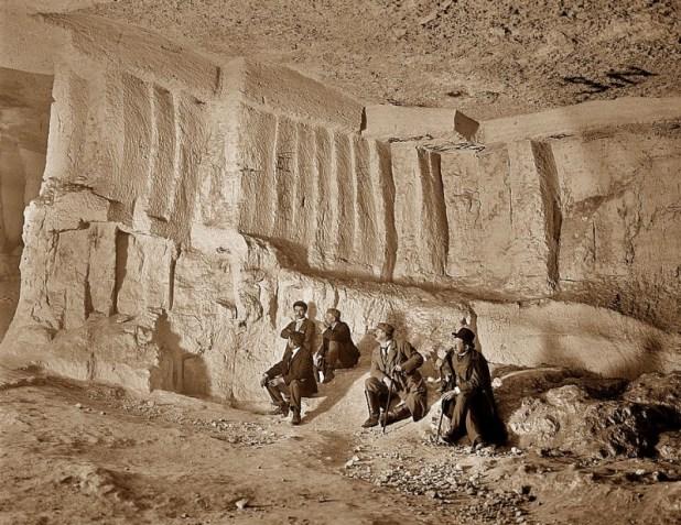מבקרים במערת צדקיהו בראשית המאה ה-20