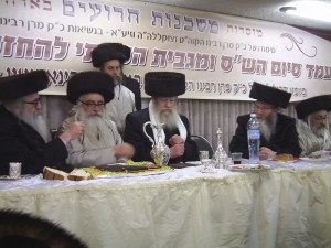 Rabbi Rabinowitz, Admor of Mishkenois HaRoim (left). In the middle Rabbi Avrohom Yitzchok Ulman of the Edah HaChareidis. צילום:	Daniel575