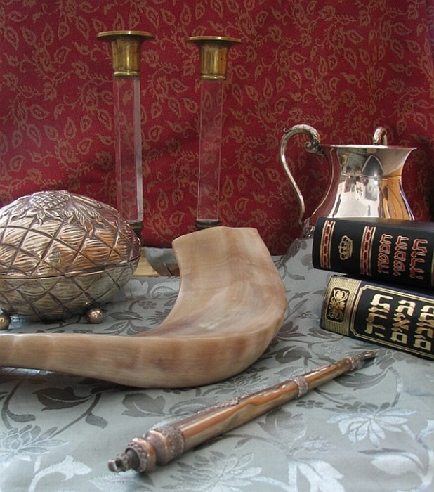 Judaica (clockwise from top): Shabbat candlesticks, handwashing cup, Chumash and Tanakh, Torah pointer, shofar and etrog box צילום: Gilabrand