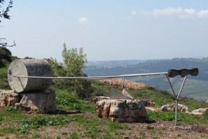 גן פסלים בכאוכב אל-היג'א- המחרשה נגנבה