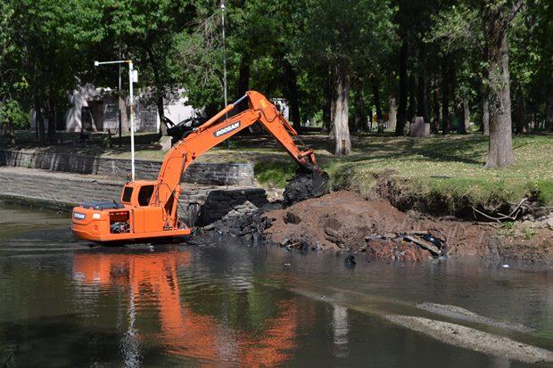 Municipio efectúa tareas de mantenimiento y mejora en la cuenca del Río