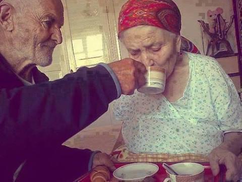 Él tiene ochenta años e insiste en desayunar con su mujer